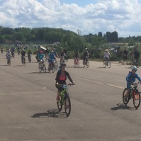 Cycle rally on the eastern taxiway at old Templehof airfield